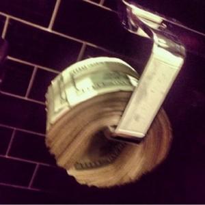 деньги вместо туалетной бумаги фото